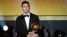 Leo Messi posa con el Balón de Oro. (Getty)