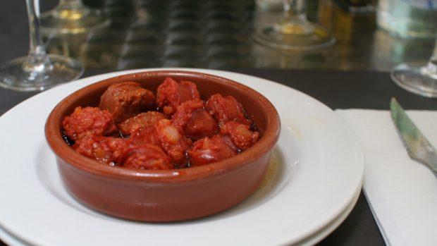 Chorizos a la sidra en el microondas con huevos y patatas fritas