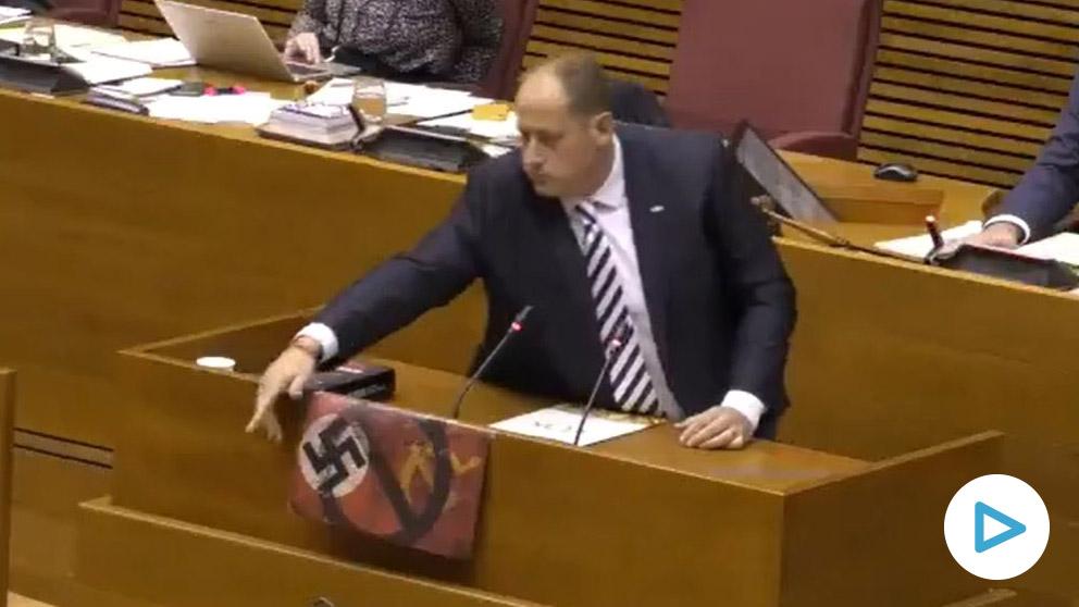 El diputado de Vox muestra los símbolos totalitarios tachados.