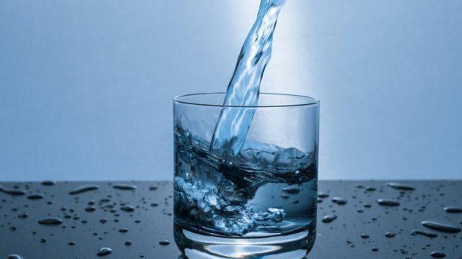 Uno de los beneficios de hidratarnos cuando bebemos agua es que nos saciamos.