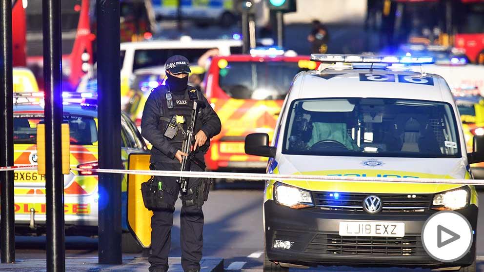 Un policía tras el incidente en el puente de Londres. (Foto: Europa Press)