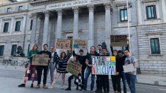 Una veintena de Jóvenes por el Clima hacen vigilia frente al Congreso. Foto: EP