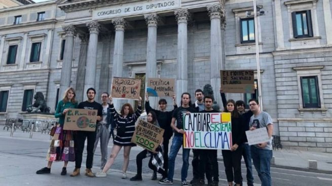 Una veintena de Jóvenes por el Clima hacen vigilia frente al Congreso