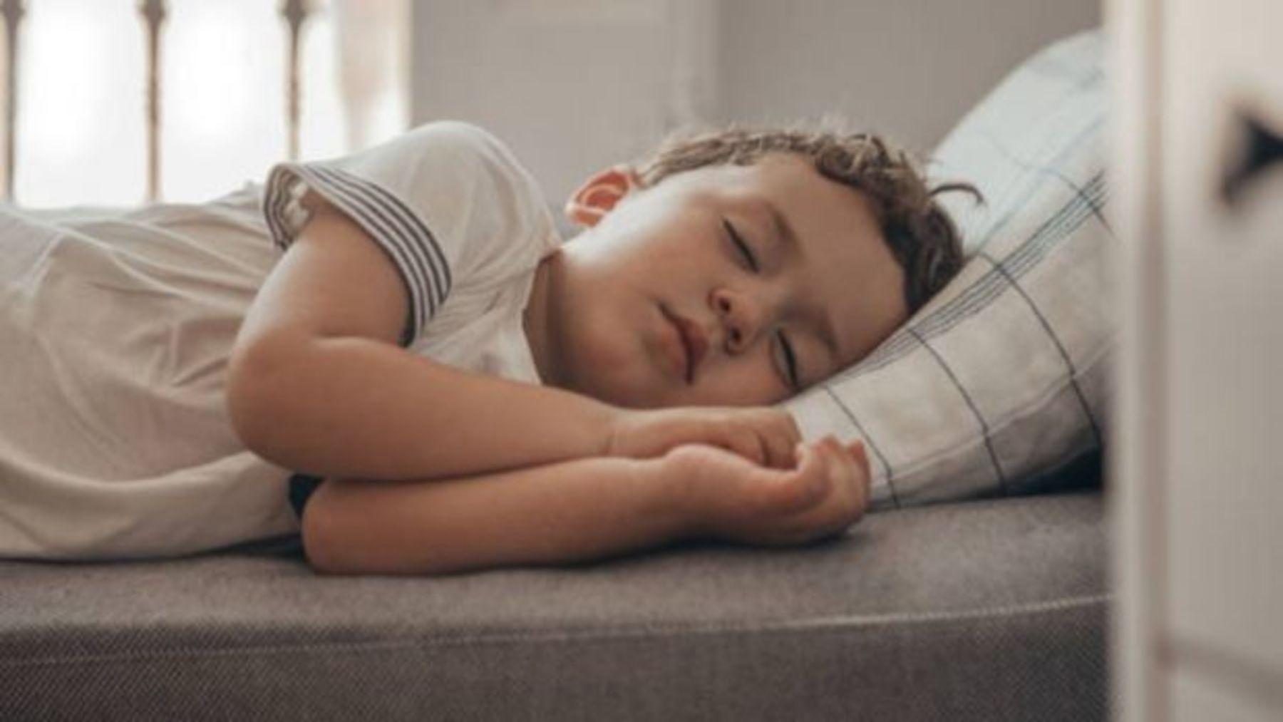 De qué modo crecen los niños mientras duermen