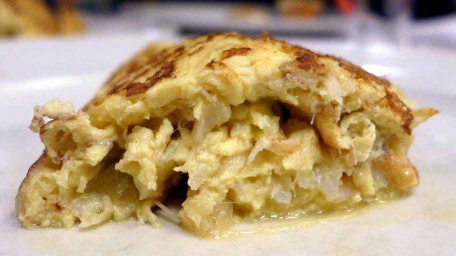 Tortilla de patata, bacalao y ajetes