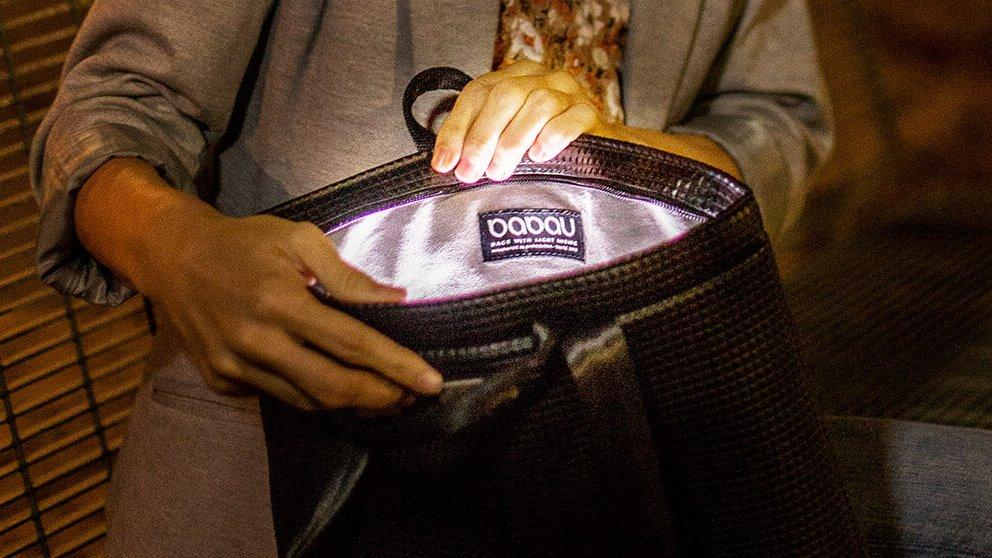 Un bolso que tiene luz en su interior para cuando tienes que buscar algo a oscuras es un invento realmente interestante