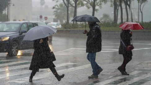 Peatones bajo la lluvia @EP