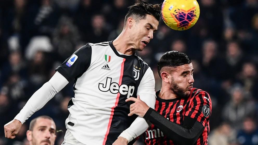 Theo Hernández lucha un balón aéreo con Cristiano Ronaldo. (AFP)