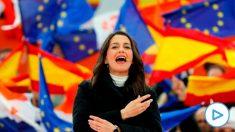 La portavoz nacional de Ciudadanos, Inés Arrimadas, durante su intervención en un acto político encabezado por el presidente de la formación, Albert Rivera, y celebrado este domingo en la localidad madrileña de Las Rozas. EFE/Juan Carlos Hidalgo