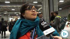 Una asistente se queja del frío en las instalaciones de la Cumbre del Clima