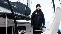 La activista sueca Greta Thunberg a bordo del barco La Vagabonde que cruza el Atlántico para traerla a España. Foto: AFP