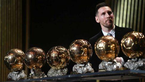 Messi posa con sus seis Balones de Oro. (France Football)