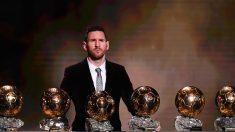 Leo Messi posa con los seis Balones de Oro (AFP).