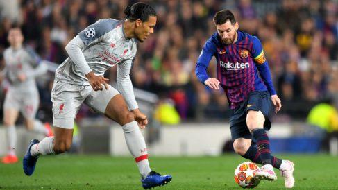 Messi intenta regatear a Van Dijk durante el Barça-Liverpool. (Getty)