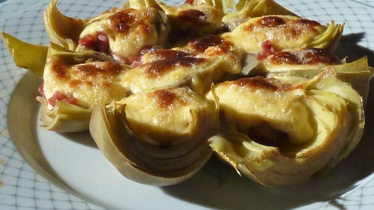 Corazones de alcachofas con queso de cabra gratinados
