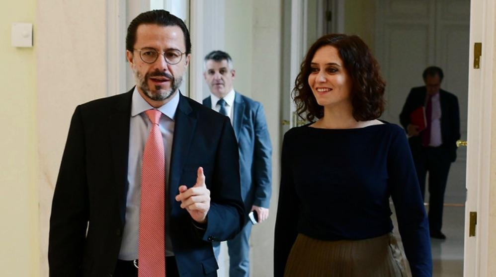 El consejero de Hacienda, Javier Fernández Lasquetty, junto a la prensidenta. (Foto: Madrid)