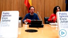 El secretario general de Unidas Podemos, Pablo Iglesias (i) junto con la directora adjunta del diario La Vanguardia, Lola García (d) durante el diálogo para presentar «Nudo España: un año después» en la Sala Ernest Lluch del . Congreso de los diputados ese jueves. EFE/ Zipi