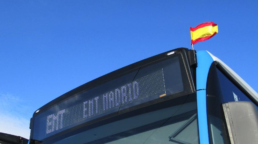 Un autobús de la EMT de Madrid con la bandera de España el Día de la Constitución.