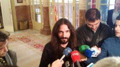 Baltasar Picornell atiende a los medios en el Parlament. Foto: EP