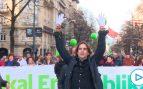Cake Minuesa planta cara a la manifestación proetarra en Bilbao sacando sus manos blancas