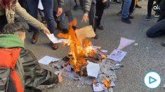 Los CDR y la CUP queman la Constitución en el centro de Barcelona