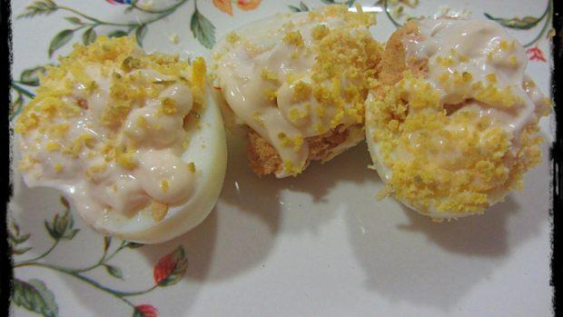 Huevos rellenos navideños