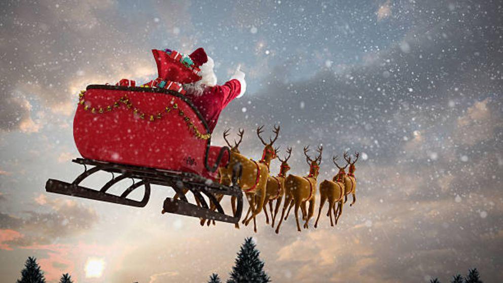 Papá Noel y sus renos se dirigen a repartir los regalos de Navidad.