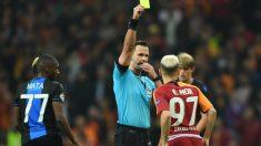 Emre Mor amonestado en un partido con el Galatasaray. (AFP)
