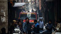 Los bomberos de Nueva Delhi intentan acceder al lugar del incendio que se ha cobrado al menos 43 muertos. (Afp)