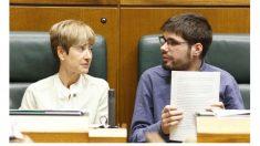 Los parlamentarios de Elkarrekin Podemos Lander Martínez (d) y Pili Zabala. (Efe)