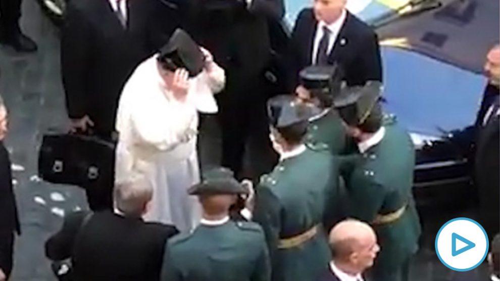 El Papa se pone un tricornio de la Guardia Civil.