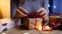 Envolver regalos puede ser una actividad muy divertida en familia