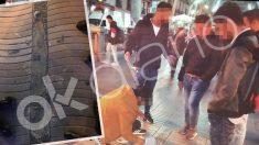 Los jóvenes echando cemento al memorial de las Víctimas del atentado de Las Ramblas y Cambrils.