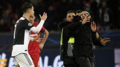 Cristiano sufre un percance con un espontáneo. (AFP)