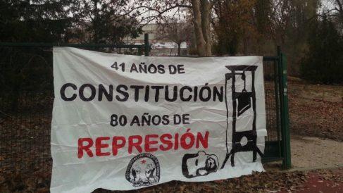 Pancarta instalada en la entrada de la Facultad de Somosaguas.