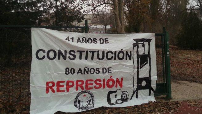 complutense Pancarta instalada en la entrada de la Facultad de Somosaguas.