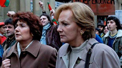 Una escena de la adaptación televisiva de 'Patria' donde se puede ver a sus dos protagonistas Miren y Bittori.