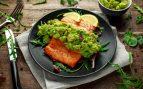 Receta de salmón asado con puré de garbanzos y aguacate