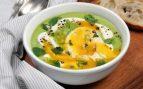 Esta crema de alcachofas con huevo y morcilla es un plato de cuchara completo.