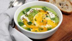 Crema de alcachofas con huevo y morcilla es un plato de cuchara completo.