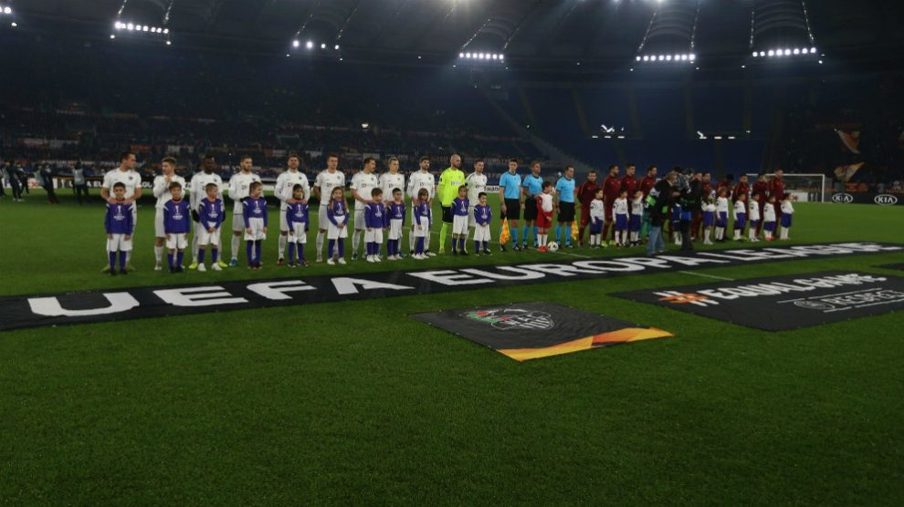Jugadores del Wolfsberger y Roma posan antes del inicio del partido de la Europa League. (Getty)