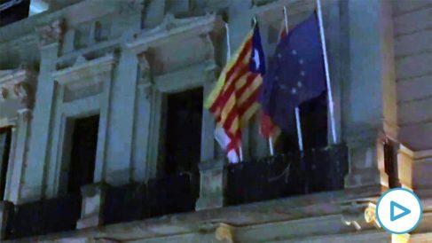 Cambian la bandera de España por una estelada en la sede del distrito de Les Corts de Barcelona.