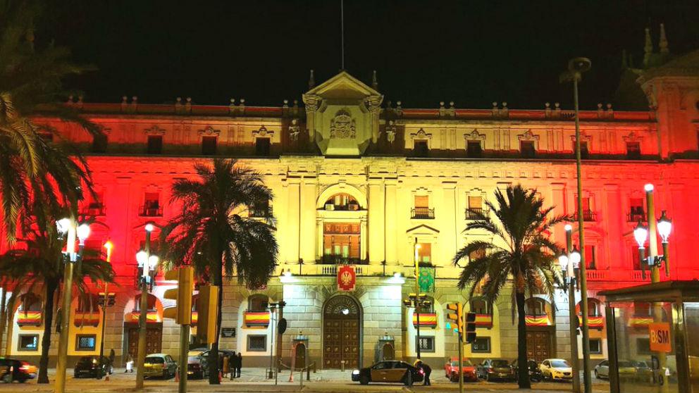 La Capitanía General de Barcelona con los colores de la bandera de España en su fachada.