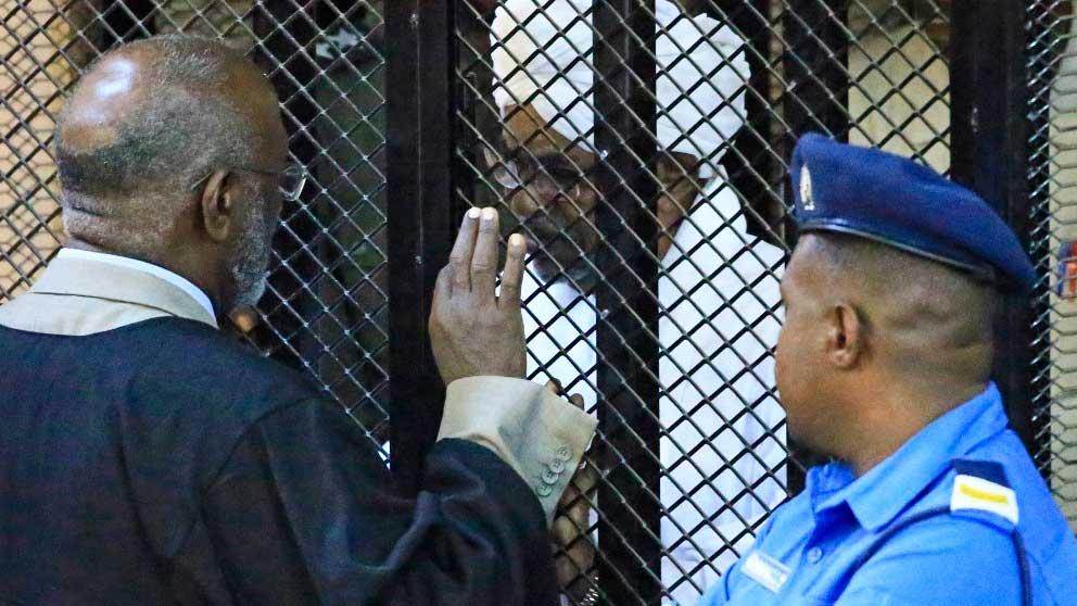 El ex presidente de Sudán, Omar Al-Bashir, se sienta en la jaula del acusado en corte del país africano. Foto: AFP