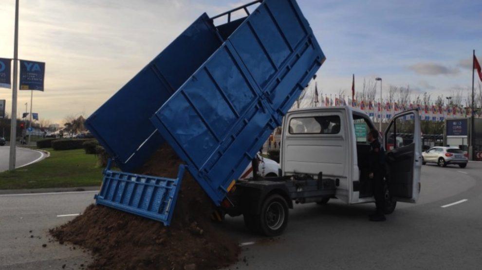 El camión de estiércol a las puertas de IFEMA el último día de cumbre. (Foto. EFE)