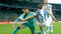 Piqué y Llorente se agarran mutuamente.