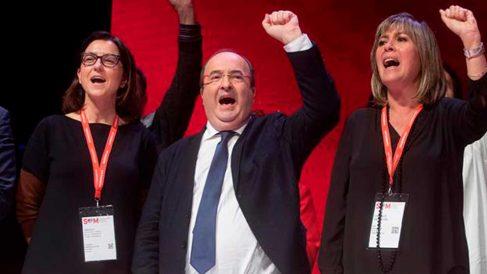 El líder del PSC, Miquel Iceta (c) y sus compañeros de formación  Eva Granados (2i) y Nuria Marín (1d) cantan «La internacional» en la clausura del XIV congreso del PSC, que ha elegido la nueva ejecutiva del partido y ha fijado su estrategia para los próximos años. Foto: EFE