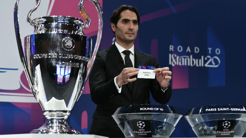 Hamit Altintop fue la mano inocente en el sorteo de la Champions. (AFP)