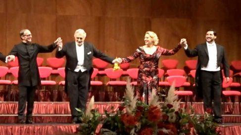 El tenor español Plácido Domingo junto a los artistas que le acompañaron en el 50 aniversario de su debut en La Scala de Milán. Foto: Twitter