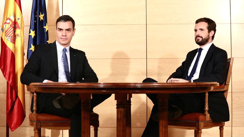 Casado y Sánchez en una reunión.